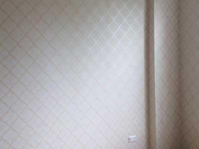 Thi công giấy dán tường màu vàng cho người mệnh kim